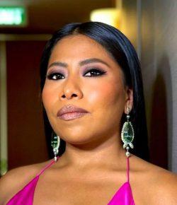 Yalitza Aparicio roba las miradas al conducir programa especial de los Golden Globes 2021