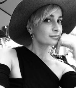 'Con suerte el tiempo aliviará nuestro dolor', dice la hermana de Halyna Hutchins